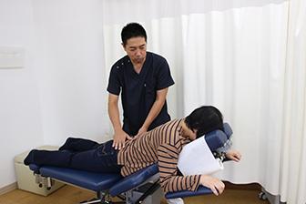 腰痛の施術風景